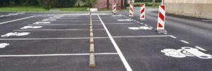 Emplacements de stationnement pour les voitures sur l'aire de covoiturage de Lanton